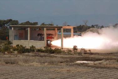 160324 - SK - KIM JONG UN - Marschall KIM JONG UN begutachtete einen Raketentriebwerktest - 경애하는 김정은동지께서 대출력고체로케트발동기지상분출 및 계단분리시험을 지도하시였다