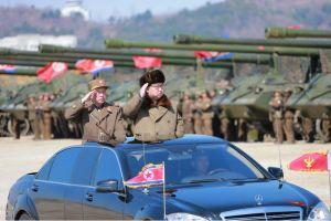 160325 - 조선의 오늘 - KIM JONG UN - Marschall KIM JONG UN leitete eine Ferngeschützfeuerübung der Fronttruppen der KVA - 01 - 경애하는 김정은동지께서 청와대와 서울시안의 반동통치기관들을 격멸소탕하기 위한 조선인민군 전선대련합부대 장거리포병대집중화력타격연습을 지도하시였다