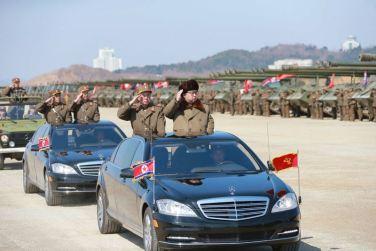 160325 - 조선의 오늘 - KIM JONG UN - Marschall KIM JONG UN leitete eine Ferngeschützfeuerübung der Fronttruppen der KVA - 02 - 경애하는 김정은동지께서 청와대와 서울시안의 반동통치기관들을 격멸소탕하기 위한 조선인민군 전선대련합부대 장거리포병대집중화력타격연습을 지도하시였다