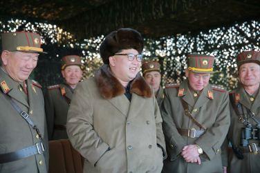 160325 - 조선의 오늘 - KIM JONG UN - Marschall KIM JONG UN leitete eine Ferngeschützfeuerübung der Fronttruppen der KVA - 04 - 경애하는 김정은동지께서 청와대와 서울시안의 반동통치기관들을 격멸소탕하기 위한 조선인민군 전선대련합부대 장거리포병대집중화력타격연습을 지도하시였다