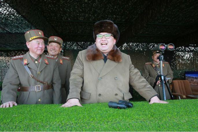 160325 - 조선의 오늘 - KIM JONG UN - Marschall KIM JONG UN leitete eine Ferngeschützfeuerübung der Fronttruppen der KVA - 06 - 경애하는 김정은동지께서 청와대와 서울시안의 반동통치기관들을 격멸소탕하기 위한 조선인민군 전선대련합부대 장거리포병대집중화력타격연습을 지도하시였다