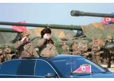 160325 - RS - KIM JONG UN - Marschall KIM JONG UN leitete eine Ferngeschützfeuerübung der Fronttruppen der KVA - 02 - 경애하는 김정은동지께서 청와대와 서울시안의 반동통치기관들을 격멸소탕하기 위한 조선인민군 전선대련합부대 장거리포병대집중화력타격연습을 지도하시였다