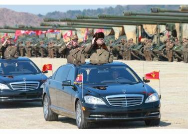 160325 - RS - KIM JONG UN - Marschall KIM JONG UN leitete eine Ferngeschützfeuerübung der Fronttruppen der KVA - 05 - 경애하는 김정은동지께서 청와대와 서울시안의 반동통치기관들을 격멸소탕하기 위한 조선인민군 전선대련합부대 장거리포병대집중화력타격연습을 지도하시였다
