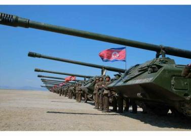 160325 - RS - KIM JONG UN - Marschall KIM JONG UN leitete eine Ferngeschützfeuerübung der Fronttruppen der KVA - 06 - 경애하는 김정은동지께서 청와대와 서울시안의 반동통치기관들을 격멸소탕하기 위한 조선인민군 전선대련합부대 장거리포병대집중화력타격연습을 지도하시였다