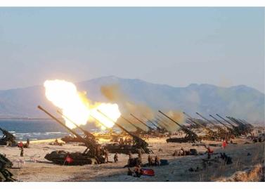 160325 - RS - KIM JONG UN - Marschall KIM JONG UN leitete eine Ferngeschützfeuerübung der Fronttruppen der KVA - 10 - 경애하는 김정은동지께서 청와대와 서울시안의 반동통치기관들을 격멸소탕하기 위한 조선인민군 전선대련합부대 장거리포병대집중화력타격연습을 지도하시였다