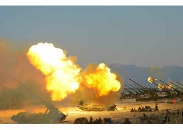 160325 - RS - KIM JONG UN - Marschall KIM JONG UN leitete eine Ferngeschützfeuerübung der Fronttruppen der KVA - 20 - 경애하는 김정은동지께서 청와대와 서울시안의 반동통치기관들을 격멸소탕하기 위한 조선인민군 전선대련합부대 장거리포병대집중화력타격연습을 지도하시였다