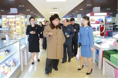 160328 - 조선의 오늘 - KIM JONG UN - Marschall KIM JONG UN besichtigte das Kaufhaus Mirae und die Komplexe Dienstleistungsbasis - 05 - 경애하는 김정은동지께서 새로 건설된 미래상점과 종합봉사기지를 현지지도하시였다