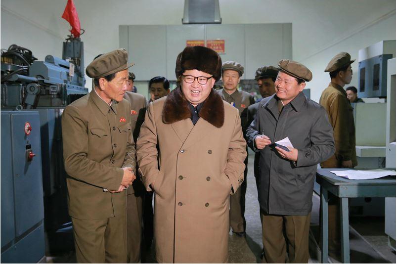 160401 - 조선의 오늘 - KIM JONG UN - Marschall KIM JONG UN leitete den Maschinenbaubetrieb Sinhung vor Ort an - 01 - 경애하는 김정은동지께서 신흥기계공장을 현지지도하시였다