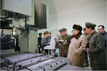 160401 - 조선의 오늘 - KIM JONG UN - Marschall KIM JONG UN leitete den Maschinenbaubetrieb Sinhung vor Ort an - 03 - 경애하는 김정은동지께서 신흥기계공장을 현지지도하시였다