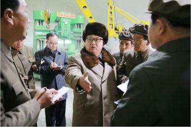 160401 - 조선의 오늘 - KIM JONG UN - Marschall KIM JONG UN leitete den Maschinenbaubetrieb Sinhung vor Ort an - 04 - 경애하는 김정은동지께서 신흥기계공장을 현지지도하시였다