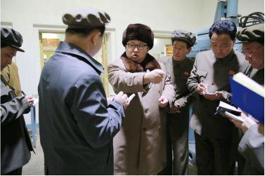 160401 - 조선의 오늘 - KIM JONG UN - Marschall KIM JONG UN leitete den Maschinenbaubetrieb Sinhung vor Ort an - 05 - 경애하는 김정은동지께서 신흥기계공장을 현지지도하시였다