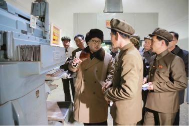 160401 - 조선의 오늘 - KIM JONG UN - Marschall KIM JONG UN leitete den Maschinenbaubetrieb Sinhung vor Ort an - 06 - 경애하는 김정은동지께서 신흥기계공장을 현지지도하시였다