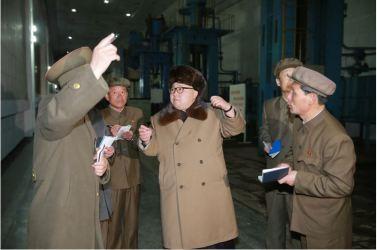 160402 - 조선의 오늘 - KIM JONG UN - Marschall KIM JONG UN besichtigte das Maschinenwerk Tonghungsan im Vereinigten Maschinenwerk Ryongsong - 03 - 경애하는 김정은동지께서 룡성기계련합기업소 동흥산기계공장을 현지지도하시였다