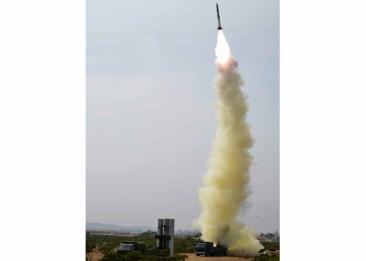 160402 - RS - KIM JONG UN - Marschall KIM JONG UN begutachtete ein neues Luftabwehrwaffensystem - 02 - 경애하는 김정은동지께서 새형의 반항공요격유도무기체계의 전투성능판정을 위한 시험사격을