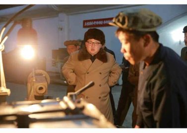 160402 - RS - KIM JONG UN - Marschall KIM JONG UN besichtigte das Maschinenwerk Tonghungsan im Vereinigten Maschinenwerk Ryongsong - 01 - 경애하는 김정은동지께서 룡성기계련합기업소 동흥산기계공장을 현지지도하시였다