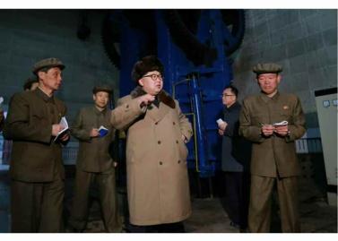 160402 - RS - KIM JONG UN - Marschall KIM JONG UN besichtigte das Maschinenwerk Tonghungsan im Vereinigten Maschinenwerk Ryongsong - 02 - 경애하는 김정은동지께서 룡성기계련합기업소 동흥산기계공장을 현지지도하시였다