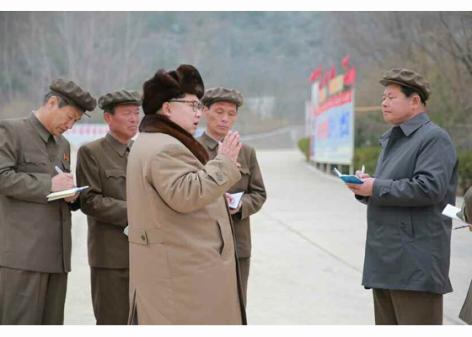 160402 - RS - KIM JONG UN - Marschall KIM JONG UN besichtigte das Maschinenwerk Tonghungsan im Vereinigten Maschinenwerk Ryongsong - 03 - 경애하는 김정은동지께서 룡성기계련합기업소 동흥산기계공장을 현지지도하시였다
