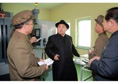 160408 - RS - Marschall KIM JONG UN besichtigte ein Maschinenwerk, das von Ri Chol Ho geleitet wird - 01 - 경애하는 김정은동지께서 리철호동무가 사업하는 기계공장을 현지지도하시였다