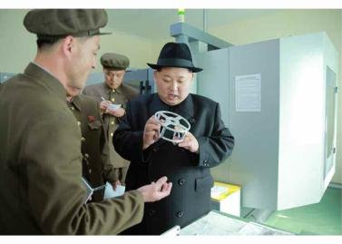 160408 - RS - Marschall KIM JONG UN besichtigte ein Maschinenwerk, das von Ri Chol Ho geleitet wird - 04 - 경애하는 김정은동지께서 리철호동무가 사업하는 기계공장을 현지지도하시였다