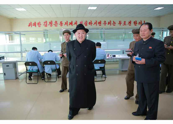 160408 - RS - Marschall KIM JONG UN besichtigte ein Maschinenwerk, das von Ri Chol Ho geleitet wird - 08 - 경애하는 김정은동지께서 리철호동무가 사업하는 기계공장을 현지지도하시였다