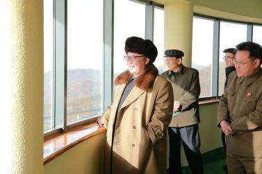 160409 - 조선의 오늘 - KIM JONG UN - Marschall KIM JONG UN leitete einen Test am neuen Raketentriebwerk - 03 - 경애하는 김정은동지께서 서해위성발사장을 찾으시여 새형의 대륙간탄도로케트 대출력발동기지상분출시험을 지도하시였다