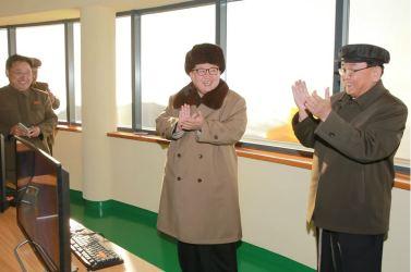 160409 - 조선의 오늘 - KIM JONG UN - Marschall KIM JONG UN leitete einen Test am neuen Raketentriebwerk - 04 - 경애하는 김정은동지께서 서해위성발사장을 찾으시여 새형의 대륙간탄도로케트 대출력발동기지상분출시험을 지도하시였다