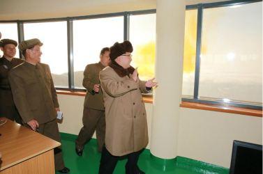 160409 - 조선의 오늘 - KIM JONG UN - Marschall KIM JONG UN leitete einen Test am neuen Raketentriebwerk - 05 - 경애하는 김정은동지께서 서해위성발사장을 찾으시여 새형의 대륙간탄도로케트 대출력발동기지상분출시험을 지도하시였다