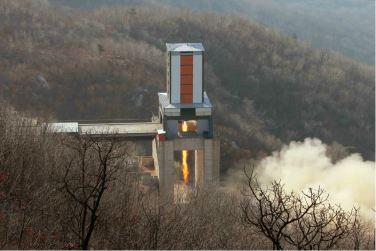 160409 - 조선의 오늘 - KIM JONG UN - Marschall KIM JONG UN leitete einen Test am neuen Raketentriebwerk - 12 - 경애하는 김정은동지께서 서해위성발사장을 찾으시여 새형의 대륙간탄도로케트 대출력발동기지상분출시험을 지도하시였다