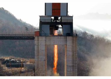 160409 - RS - KIM JONG UN - Marschall KIM JONG UN leitete einen Test am neuen Raketentriebwerk - 02 - 경애하는 김정은동지께서 서해위성발사장을 찾으시여 새형의 대륙간탄도로케트 대출력발동기지상분출시험을 지도하시였다