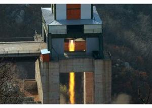160409 - RS - KIM JONG UN - Marschall KIM JONG UN leitete einen Test am neuen Raketentriebwerk - 03 - 경애하는 김정은동지께서 서해위성발사장을 찾으시여 새형의 대륙간탄도로케트 대출력발동기지상분출시험을 지도하시였다