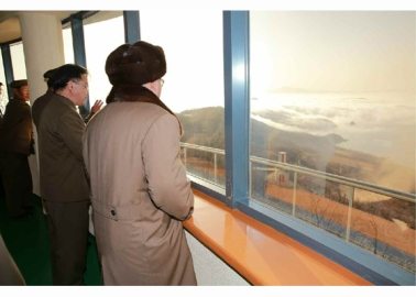 160409 - RS - KIM JONG UN - Marschall KIM JONG UN leitete einen Test am neuen Raketentriebwerk - 05 - 경애하는 김정은동지께서 서해위성발사장을 찾으시여 새형의 대륙간탄도로케트 대출력발동기지상분출시험을 지도하시였다