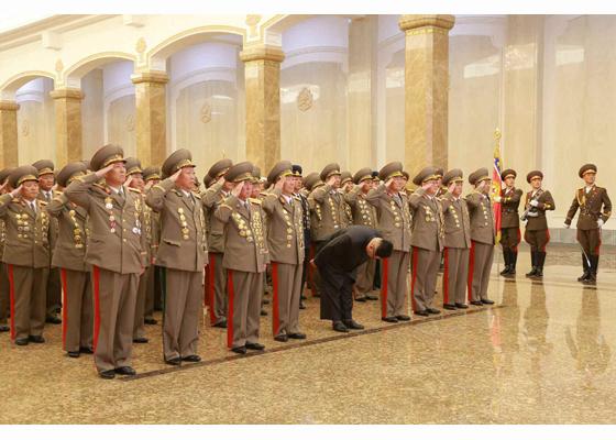 160415 - RS - KIM IL SUNG - KIM JONG UN - Marschall KIM JONG UN besuchte den Sonnenpalast Kumsusan - 02 - 경애하는 김정은동지께서 태양절에 즈음하여 금수산태양궁전을 찾으시였다