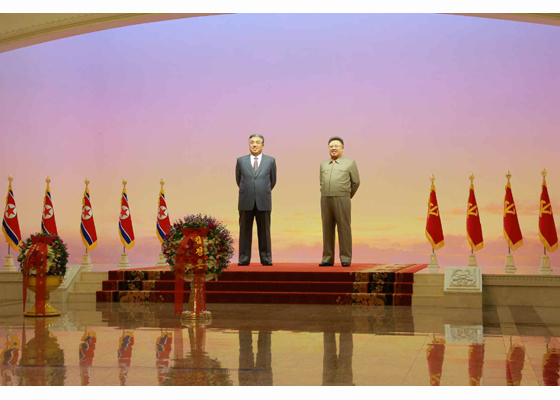 160415 - RS - KIM IL SUNG - KIM JONG UN - Marschall KIM JONG UN besuchte den Sonnenpalast Kumsusan - 03 - 경애하는 김정은동지께서 태양절에 즈음하여 금수산태양궁전을 찾으시였다