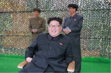 160424 - 조선의 오늘 - KIM JONG UN - Marschall KIM JONG UN leitete einen Unterwasserschießtest der ballistischen Rakete vom strategischen U-Boot - 03 - 전략잠수함 탄도탄수중시험발사에서 또다시 대성공 경애하는 김정은동지께서 시험발사를 현지에서 지도하시였다