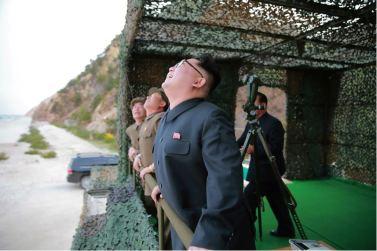 160424 - 조선의 오늘 - KIM JONG UN - Marschall KIM JONG UN leitete einen Unterwasserschießtest der ballistischen Rakete vom strategischen U-Boot - 04 - 전략잠수함 탄도탄수중시험발사에서 또다시 대성공 경애하는 김정은동지께서 시험발사를 현지에서 지도하시였다