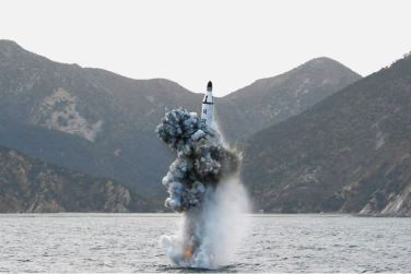160424 - 조선의 오늘 - KIM JONG UN - Marschall KIM JONG UN leitete einen Unterwasserschießtest der ballistischen Rakete vom strategischen U-Boot - 11 - 전략잠수함 탄도탄수중시험발사에서 또다시 대성공 경애하는 김정은동지께서 시험발사를 현지에서 지도하시였다