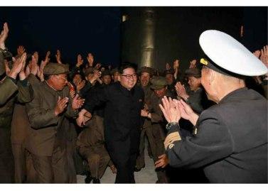 160424 - RS - KIM JONG UN - Marschall KIM JONG UN leitete einen Unterwasserschießtest der ballistischen Rakete vom strategischen U-Boot - 11 - 전략잠수함 탄도탄수중시험발사에서 또다시 대성공 경애하는 김정은동지께서 시험발사를 현지에서 지도하시였다