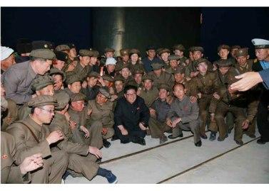 160424 - RS - KIM JONG UN - Marschall KIM JONG UN leitete einen Unterwasserschießtest der ballistischen Rakete vom strategischen U-Boot - 12 - 전략잠수함 탄도탄수중시험발사에서 또다시 대성공 경애하는 김정은동지께서 시험발사를 현지에서 지도하시였다