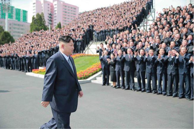 160513 - 조선의 오늘 - Genosse KIM JONG UN ließ mit den Teilnehmern des VII. Parteitages der PdAK ein Erinnerungsfoto machen - 01 - KIM JONG UN - 경애하는 김정은동지께서 조선로동당 제7차대회 참가자들과 함께 기념사진을 찍으시였다