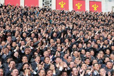 160513 - 조선의 오늘 - Genosse KIM JONG UN ließ mit den Teilnehmern des VII. Parteitages der PdAK ein Erinnerungsfoto machen - 04 - KIM JONG UN - 경애하는 김정은동지께서 조선로동당 제7차대회 참가자들과 함께 기념사진을 찍으시였다