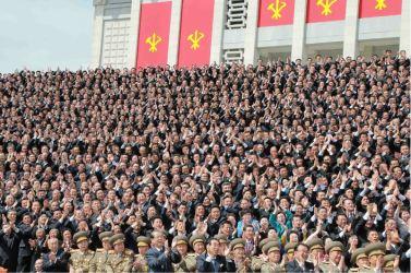 160513 - 조선의 오늘 - Genosse KIM JONG UN ließ mit den Teilnehmern des VII. Parteitages der PdAK ein Erinnerungsfoto machen - 05 - KIM JONG UN - 경애하는 김정은동지께서 조선로동당 제7차대회 참가자들과 함께 기념사진을 찍으시였다