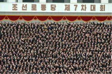 160513 - 조선의 오늘 - Genosse KIM JONG UN ließ mit den Teilnehmern des VII. Parteitages der PdAK ein Erinnerungsfoto machen - 06 - KIM JONG UN - 경애하는 김정은동지께서 조선로동당 제7차대회 참가자들과 함께 기념사진을 찍으시였다
