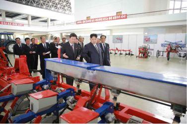 160513 - 조선의 오늘 - KIM JONG UN - Marschall KIM JONG UN besuchte eine Maschinenausstellung - 06 - 위대한 당의 자강력제일주의정신이 낳은 빛나는 창조물 경애하는 김정은동지께서 어머니당대회에 드리는 충정의 로력적선물로 제작한 기계설비전시장을 돌아보시였다