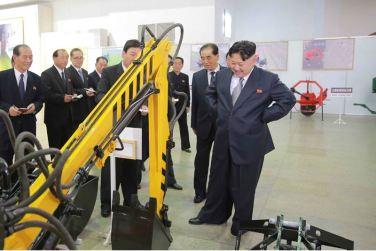 160513 - 조선의 오늘 - KIM JONG UN - Marschall KIM JONG UN besuchte eine Maschinenausstellung - 07 - 위대한 당의 자강력제일주의정신이 낳은 빛나는 창조물 경애하는 김정은동지께서 어머니당대회에 드리는 충정의 로력적선물로 제작한 기계설비전시장을 돌아보시였다