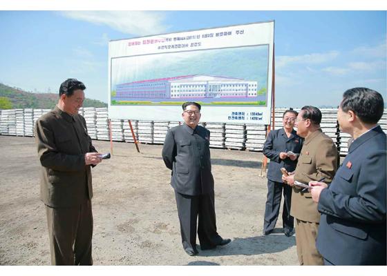 160519 - RS - KIM JONG UN - Marschall KIM JONG UN besuchte das Maschinenwerk unter Ho Chol Yong - 01 - 경애하는 김정은동지께서 허철용동무가 사업하는 기계공장을 현지지도하시였다