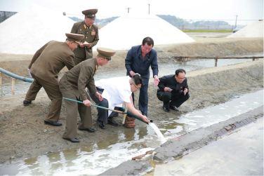 160524 - 조선의 오늘 - KIM JONG UN - Marschall KIM JONG UN besuchte die Saline Kwisong - 05 - 경애하는 김정은동지께서 귀성제염소를 현지지도하시면서 인민군대에서 진행하고있는 지하초염수에 의한 소금생산실태를 료해하시였다