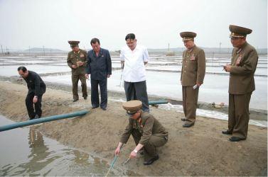160524 - 조선의 오늘 - KIM JONG UN - Marschall KIM JONG UN besuchte die Saline Kwisong - 06 - 경애하는 김정은동지께서 귀성제염소를 현지지도하시면서 인민군대에서 진행하고있는 지하초염수에 의한 소금생산실태를 료해하시였다