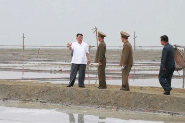 160524 - 조선의 오늘 - KIM JONG UN - Marschall KIM JONG UN besuchte die Saline Kwisong - 09 - 경애하는 김정은동지께서 귀성제염소를 현지지도하시면서 인민군대에서 진행하고있는 지하초염수에 의한 소금생산실태를 료해하시였다