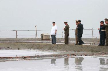 160524 - 조선의 오늘 - KIM JONG UN - Marschall KIM JONG UN besuchte die Saline Kwisong - 10 - 경애하는 김정은동지께서 귀성제염소를 현지지도하시면서 인민군대에서 진행하고있는 지하초염수에 의한 소금생산실태를 료해하시였다