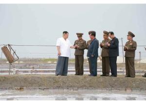 160524 - RS - KIM JONG UN - Marschall KIM JONG UN besuchte die Saline Kwisong - 05 - 경애하는 김정은동지께서 귀성제염소를 현지지도하시면서 인민군대에서 진행하고있는 지하초염수에 의한 소금생산실태를 료해하시였다